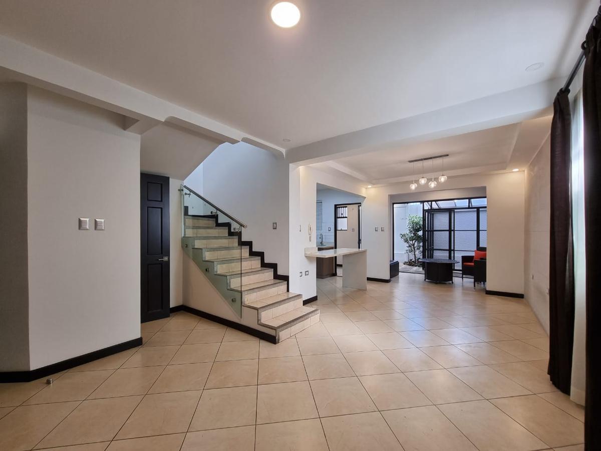 Foto Casa en condominio en Venta | Renta en  San Rafael,  Escazu  Escazú / Remodelada / Excelente ubicación / 3 habitaciones / Plaza Roble