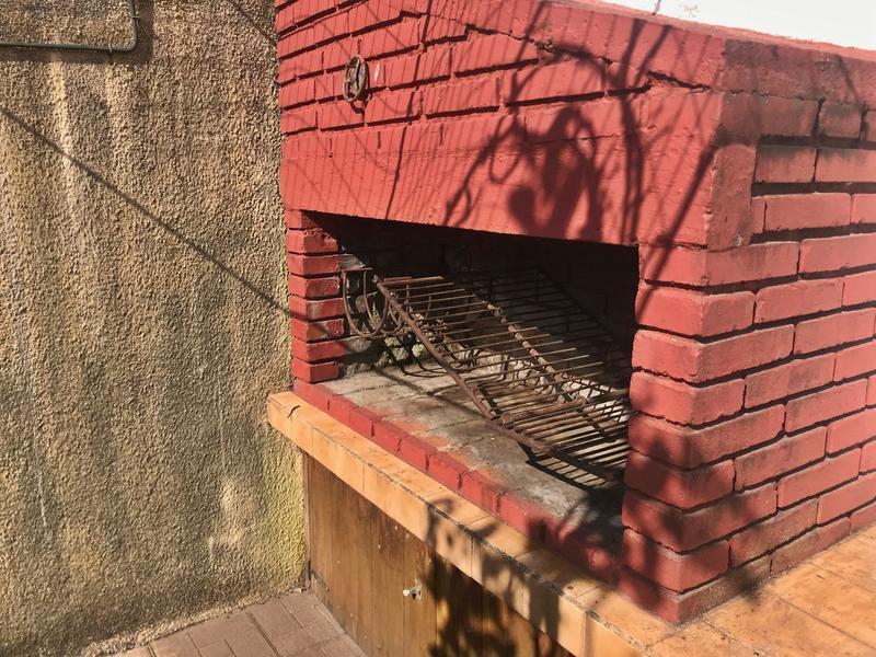 Foto Casa en Alquiler en  Carrasco ,  Montevideo  Amplia casa PH con jardín y garaje