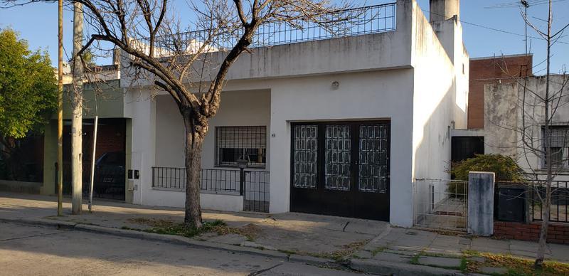 Foto Casa en Venta en  Mataderos ,  Capital Federal  B Naón Saladillo al 1600 4 ambientes, con garage, barrio Naón, patio y terraza