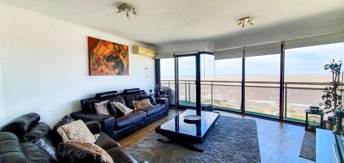 Foto Apartamento en Venta en  Malvín ,  Montevideo  Rambla y Colombes. Vista panorámica. Garaje y suite.