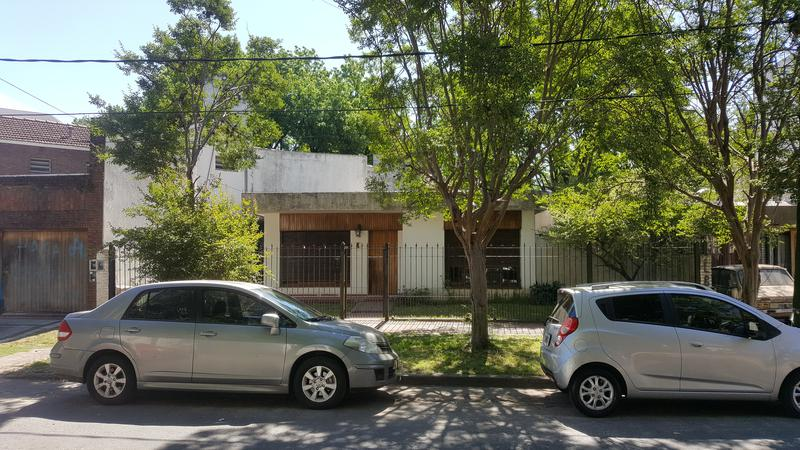 Foto Casa en Venta en  Adrogue,  Almirante Brown  TOLL 1419,entre Plaza Cerretti y Plaza Brown