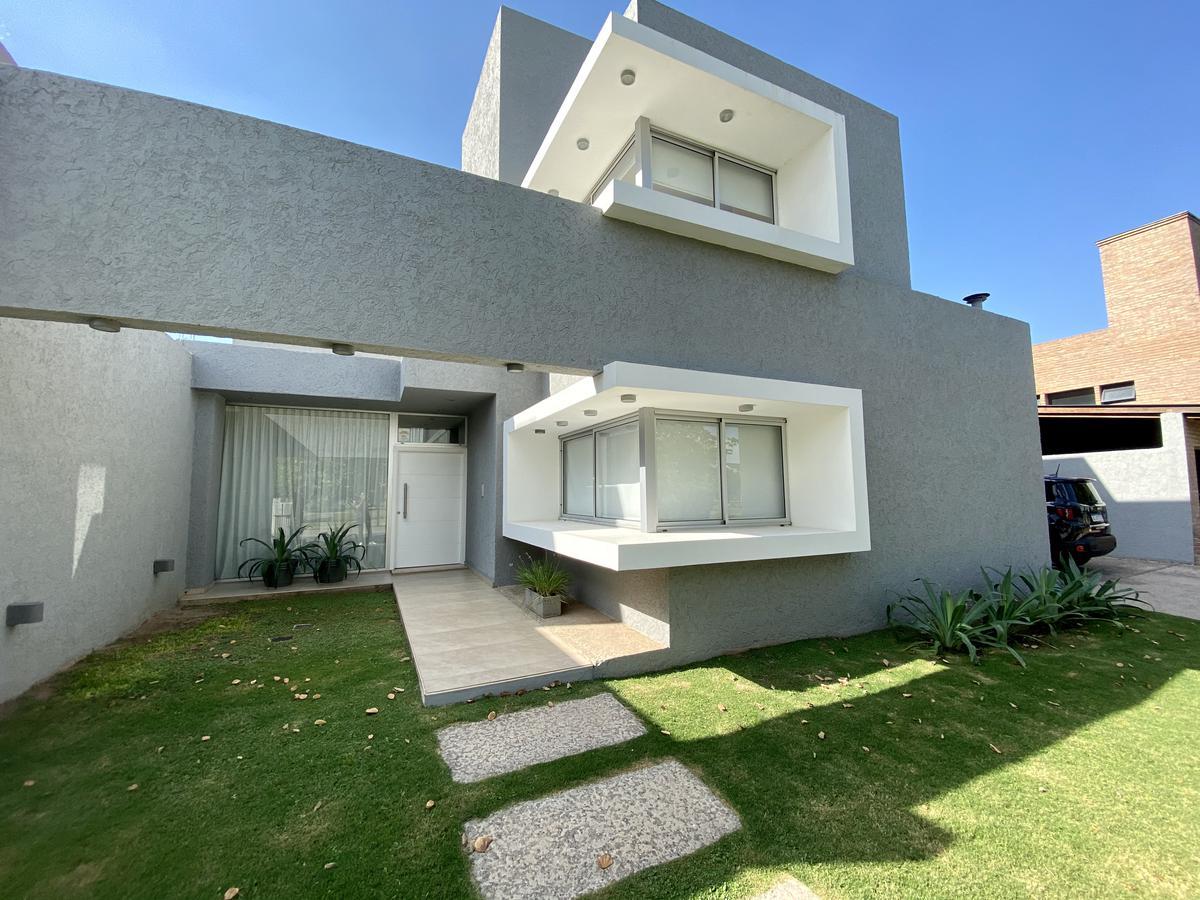 Foto Casa en Venta en  Jardin Claret,  Cordoba  Belleza de Casa en Jardín Claret - Zona Norte - 5 dormitorios