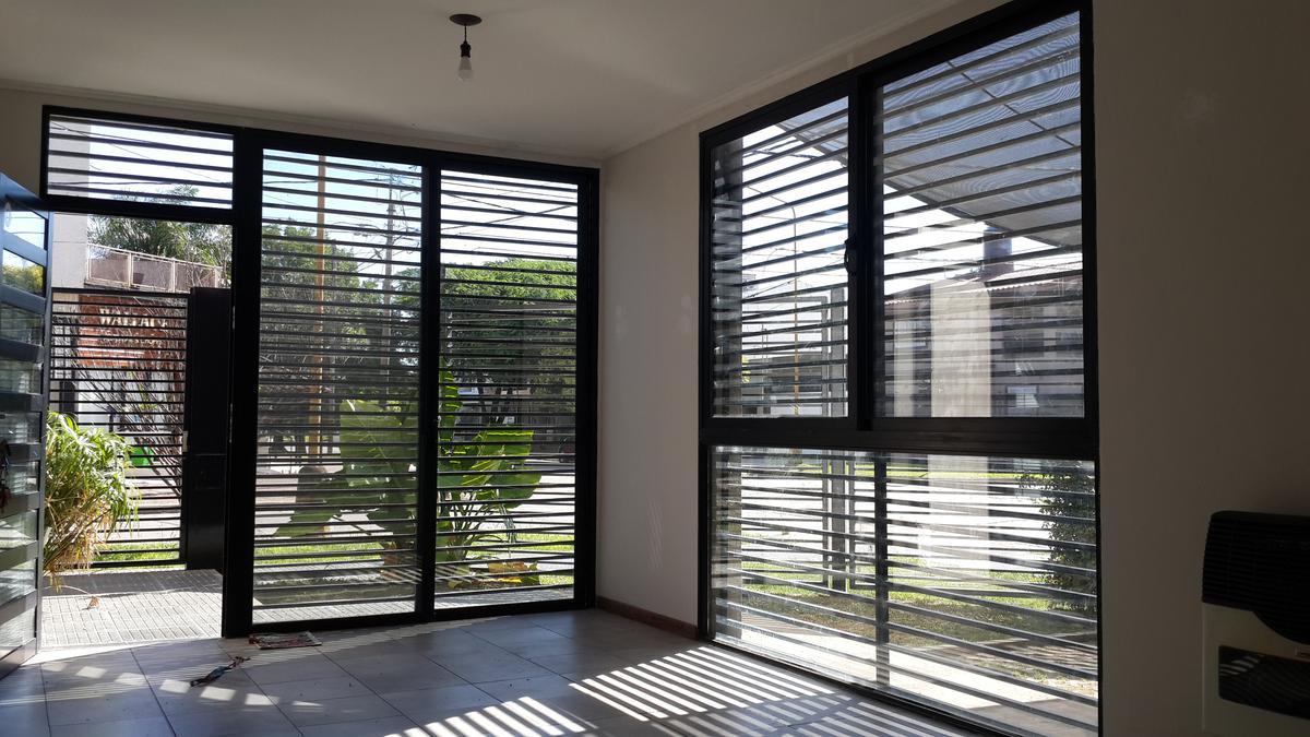 Foto Departamento en Alquiler en  Guadalupe,  Santa Fe  En esquina, planta Baja con entrada independiente, jardín al frente y cochera. Apto Profesional