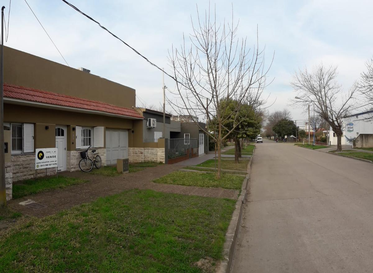 Foto Casa en Venta en  San Jeronimo Norte,  Las Colonias  Vivienda con gran patio, cochera, buena ubicación, a pasos de la calle de acceso (desde RN19) Eduardo Teisaire