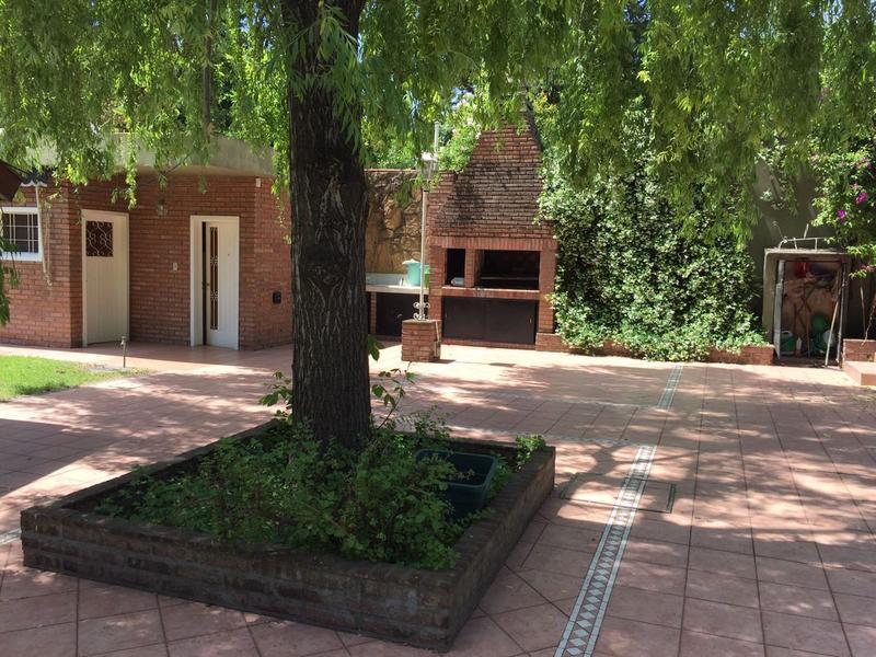 Foto Edificio Comercial en Venta en  Barrio Parque Leloir,  Ituzaingo  martin fierro