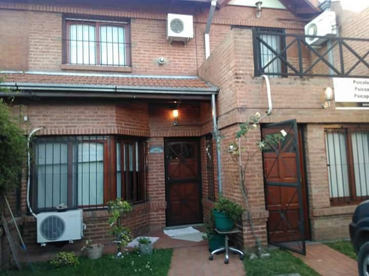 Foto Casa en Venta en  Luis Guillon,  Esteban Echeverria  Venta con renta - Dúplex en Luis Guillón