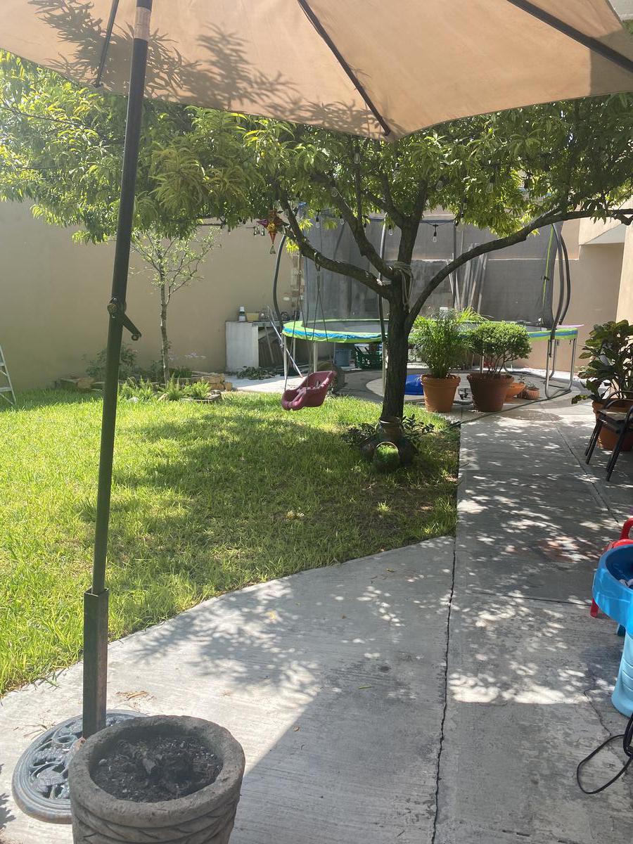 Foto Casa en Venta en  Privadas de Santa Rosa,  Apodaca  CASA EN VENTA PRIVADA SANTA ROSA APODACA NUEVO LEON EN ESQUINA CON TERRENO EXCEDENTE CON JARDIN