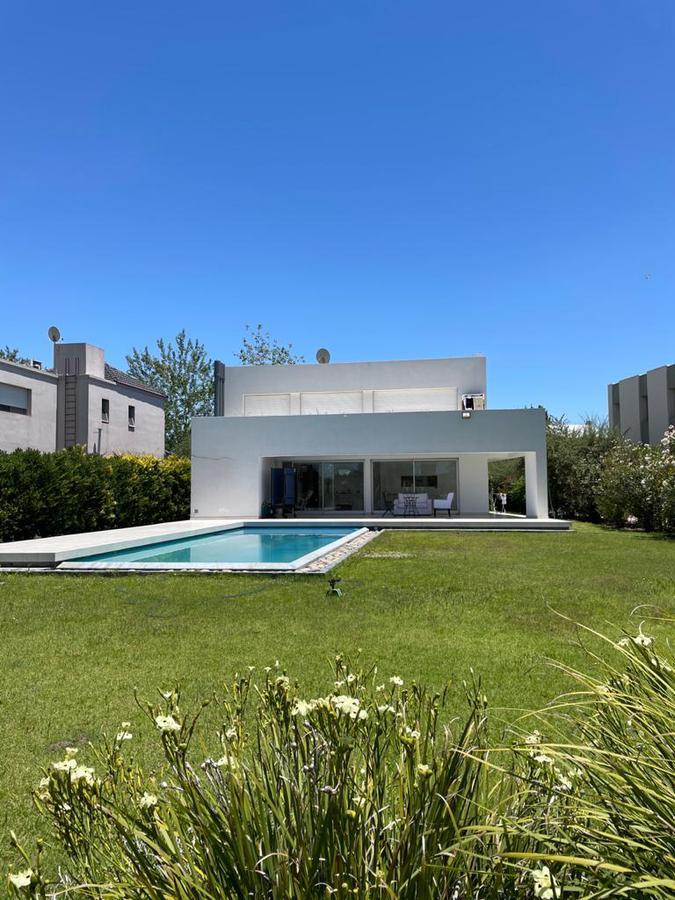 Foto Casa en Venta en  Rosario ,  Santa Fe  Avenida Real al 9100