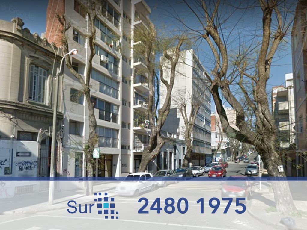 Foto Casa en Venta en  Parque Rodó ,  Montevideo  Charrúa y Yaro ideal reciclaje o construcción