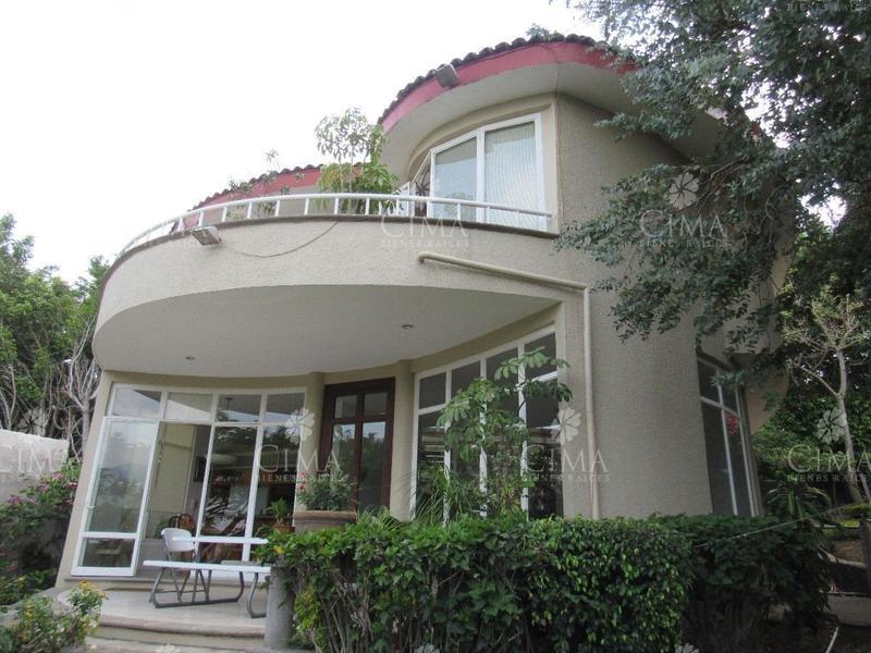 Foto Casa en Venta en  Loma del Tzompantle,  Cuernavaca  Venta Casa Moderna con Alberca, Vista Panorámica y 2 Recámaras Independientes - V72