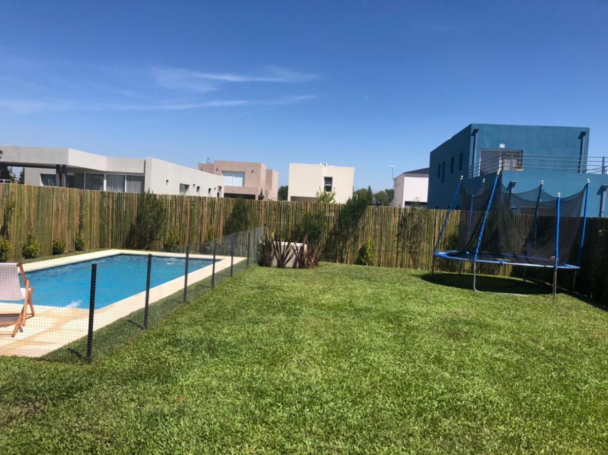 Foto Casa en Alquiler en  Vila Marina,  Countries/B.Cerrado (Escobar)  Alquiler de casa de 4 amb con piscina y amarra Vila Marina Villanueva