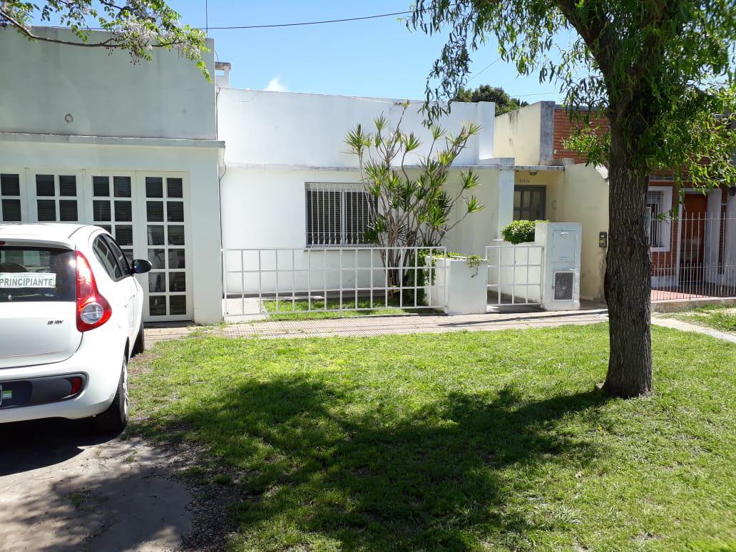 Foto Casa en Venta en  Los Hornos,  La Plata  136 e/ 46 y 47