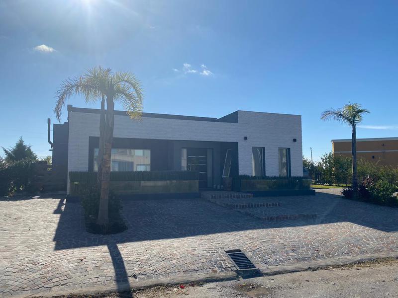 Foto Casa en Venta en  Country Santa Rita,  Countries/B.Cerrado (San Vicente)  Venta - Hermosa casa en Santa Rita - Canning - Acepta permuta