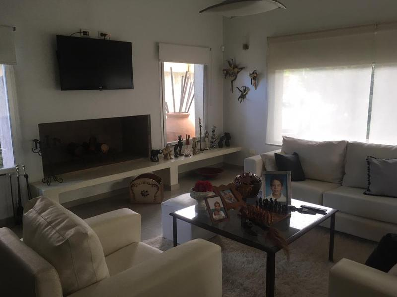 Foto Casa en Venta en  Barrio Parque Leloir,  Ituzaingo  pericon al 900