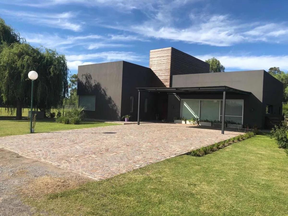 Foto Casa en Venta en  La candida,  Countries/B.Cerrado (Berazategui)  Ruta 2 km 46