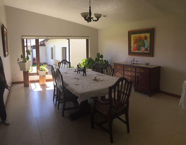 Foto Casa en Venta en  Cumbayá,  Quito  Venta de casa de un solo nivel.suite independiente y jardín