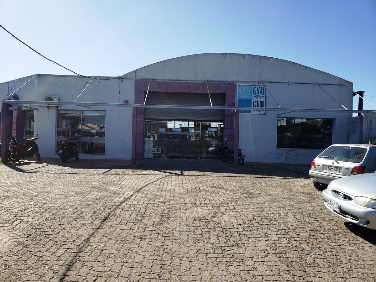 Foto Local en Venta en  Colonia del Sacramento ,  Colonia  Gran Local Comercial en importante zona Comercial de Colonia.