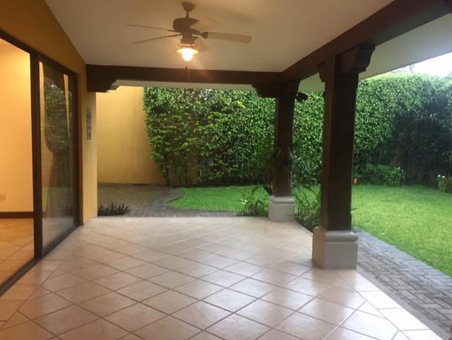 Foto Casa en condominio en Renta en  Santa Ana ,  San José  Santa Ana / Amplia / Jardín / Pet Friendly / Piscina / Cancha de Tenis