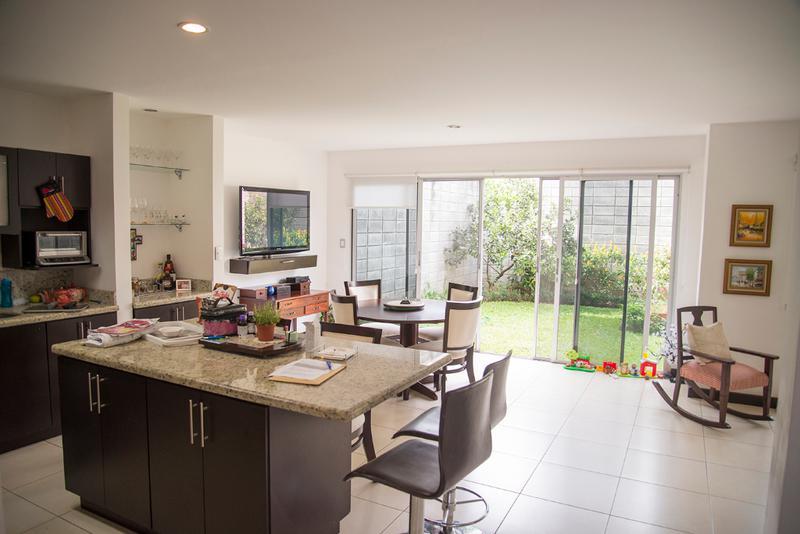 Foto Casa en condominio en Venta en  Pozos,  Santa Ana  Santa Ana/ Amplio jardín/ Contemporánea/ Fácil acceso a la ruta 27