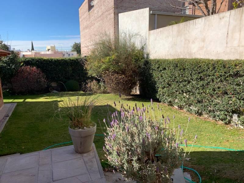 Foto Casa en Alquiler en  Área Centro Oeste,  Capital  Rioja al 900