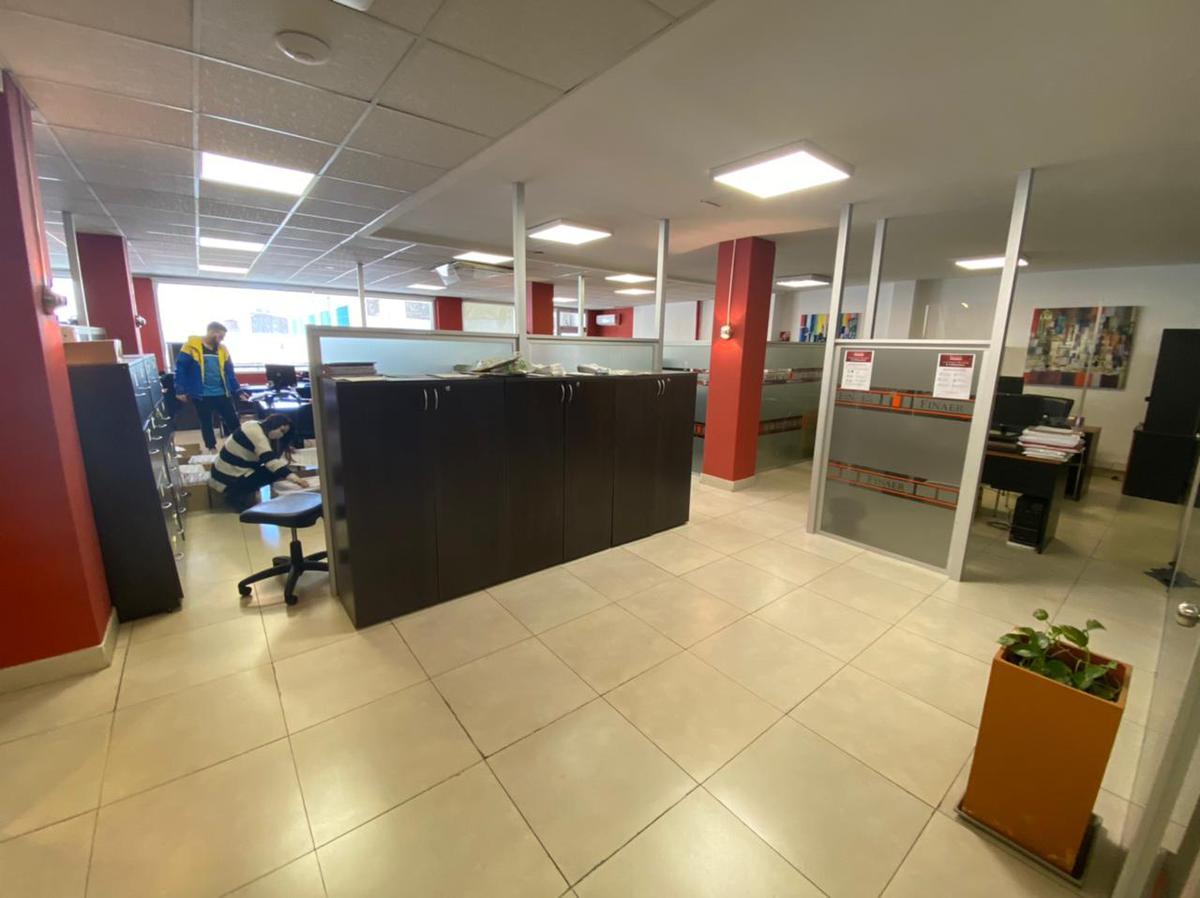 Foto Oficina en Alquiler en  Almagro ,  Capital Federal  Amplia oficina en 1er. piso de 400m2 sobre Av. Rivadavia 3800, Almagro
