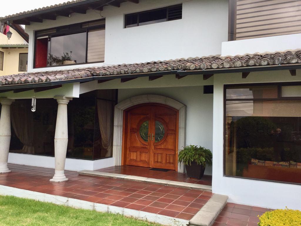 Foto Casa en Venta en  Cumbayá,  Quito  Cumbayá, Sector Reservorio, Casa Independiente en Urbanización Privada