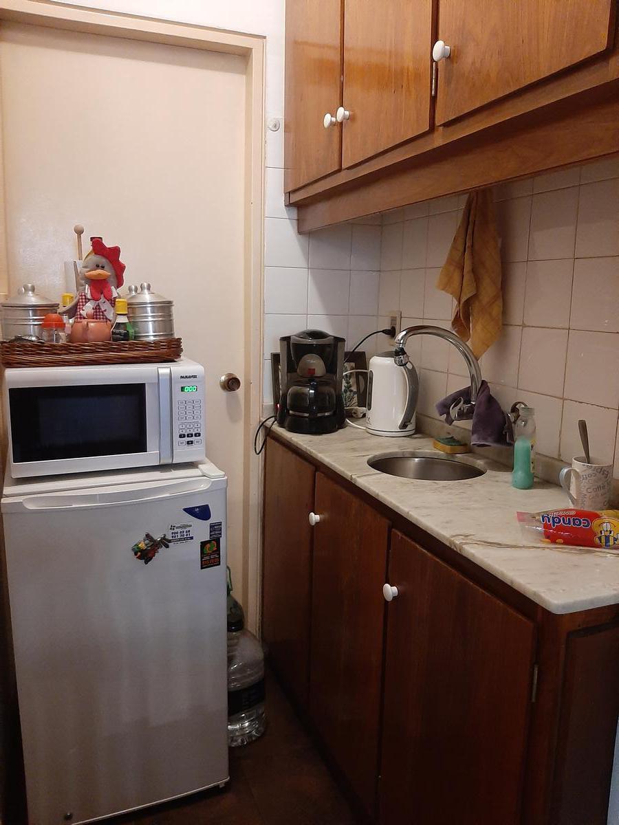 Foto Oficina en Alquiler en  Centro (Montevideo),  Montevideo  Oficina - 4 escritorios, baño, cocina, patio - 18 de Julio y Andes