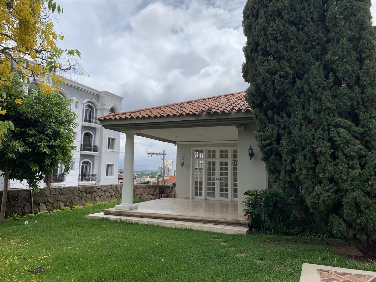 Foto Casa en Venta en  Lomas del Guijarro,  Tegucigalpa  Preciosa Casa de 4hab + Estudio en Circuito cerrado, con piscina, jardines y amplios espacios.