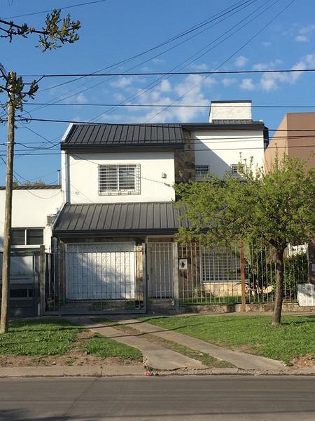 Foto Casa en Venta |  en  Castelar Norte,  Castelar  SARMIENTO, AV. entre ESPAÑA Y SAN NICOLAS