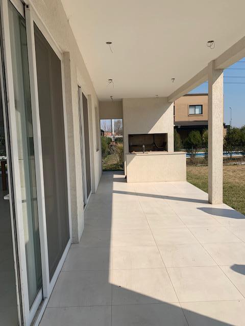 Foto Casa en Venta en  Las Tipas,  Nordelta  VENTA de casa con renta en dos plantas, Jardin, parrilla, piscina. Barrio Tipas Nordelta