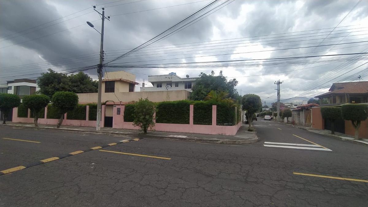 Foto Terreno en Venta en  Cumbayá,  Quito  Venta de Terreno esquinero de 450m2 . Urbanización Real alto - Cumbayá