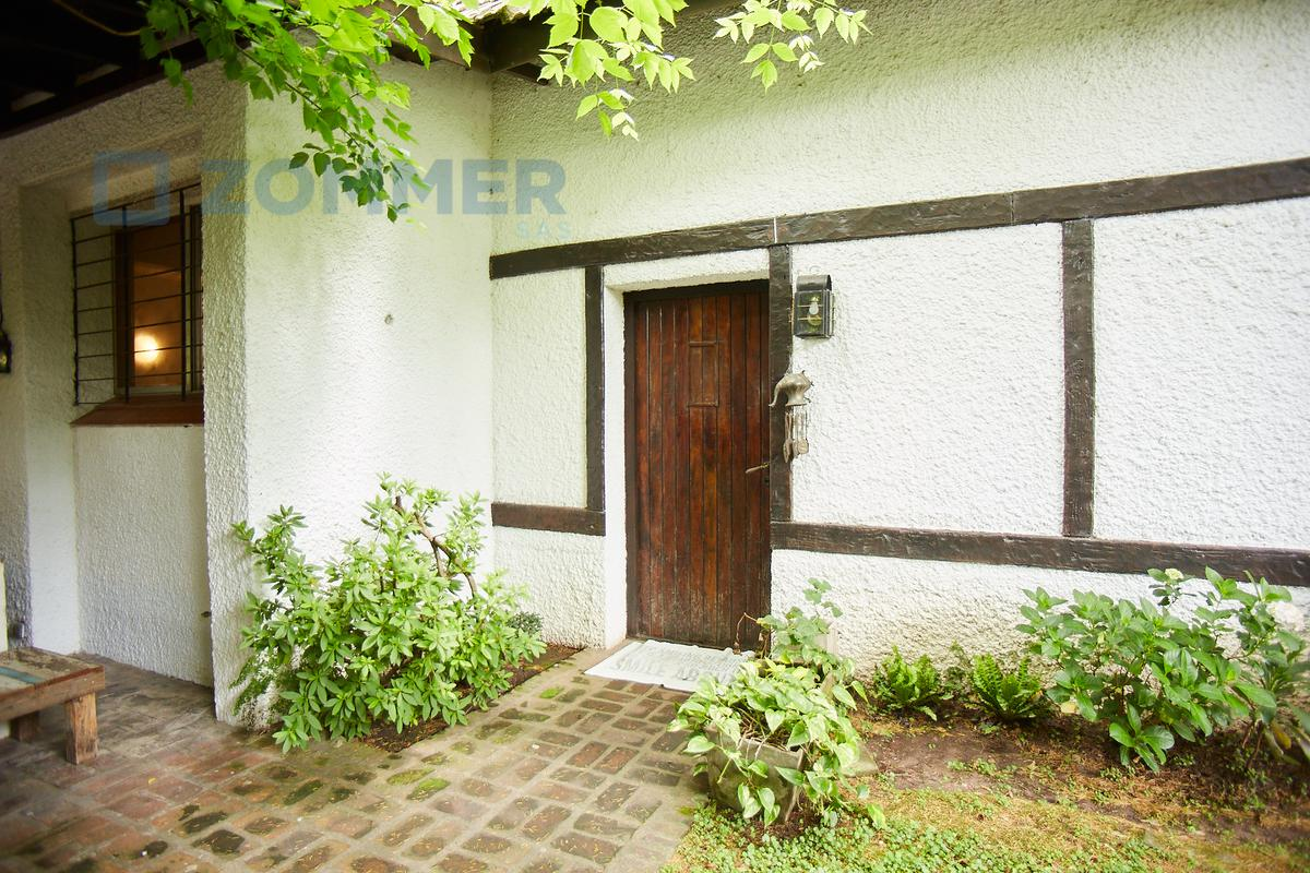 Foto Casa en Venta en  Las Lomas de San Isidro,  San Isidro    Francia al 2600, Lomas de San Isidro - CASA EN CALLE CORTADA EN LAS LOMAS