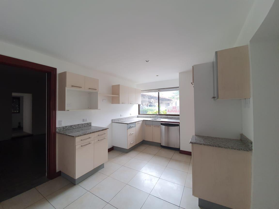 Foto Casa en condominio en Renta en  Escazu,  Escazu  Trejos Montealegre / Town House / 4 habitaciones / Amplio WC