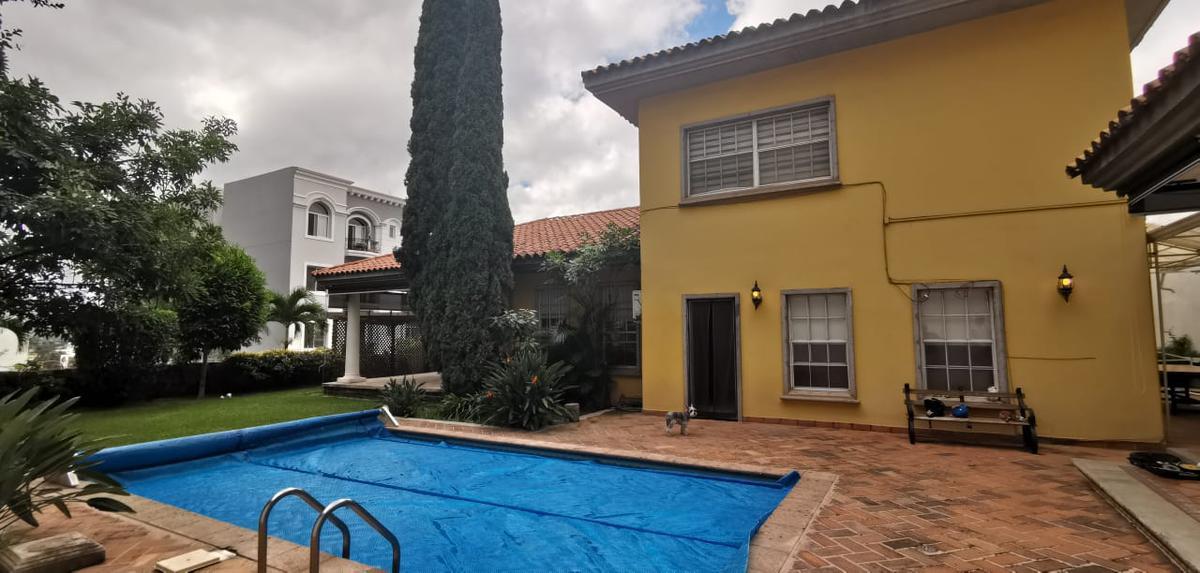 Foto Casa en Renta | Venta en  Lomas del Guijarro,  Tegucigalpa  Preciosa Casa de 4hab + Estudio en Circuito cerrado, con piscina, jardines y amplios espacios.