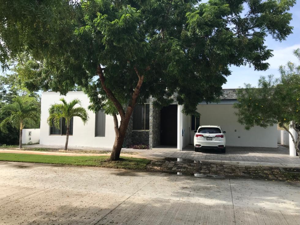 Foto Casa en Renta en  Yucatán Country Club,  Mérida  En renta bella casa amueblada en el Yucatan Country Club.