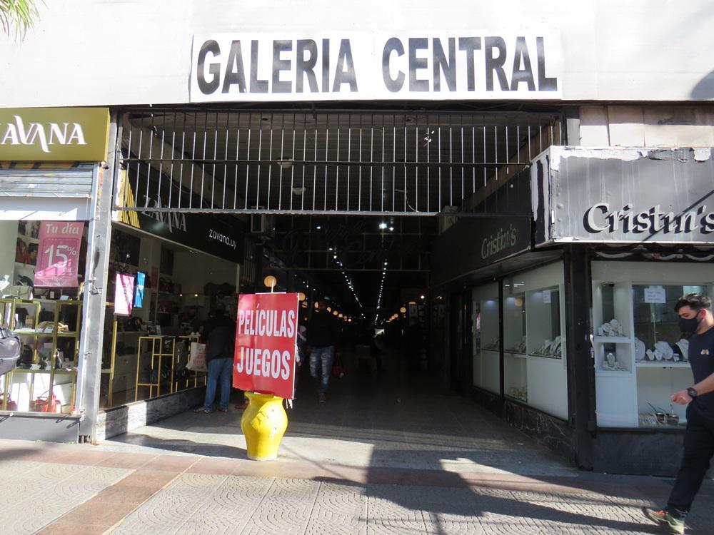 Foto Local en Alquiler en  Centro (Montevideo),  Montevideo  Dirección 18 de Julio al 900