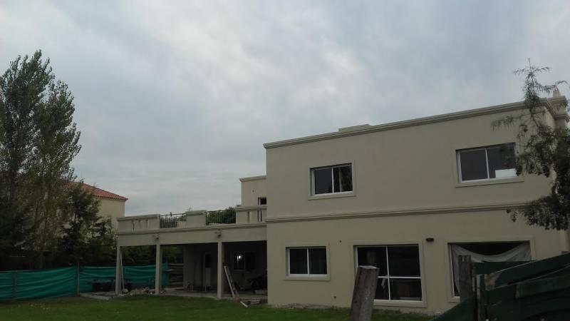 Foto Casa en Venta en  Tigre,  Tigre  San Isidro Labrador. Italia al 5043, Tigre. Casa con pileta en lote en esquina con vistas abiertas. 3 dormitorios a estrenar