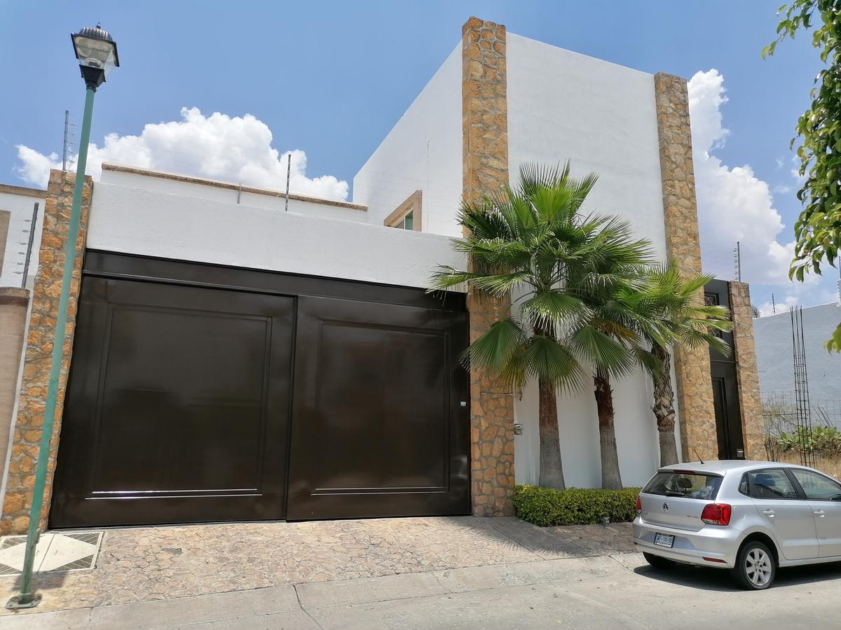 Foto Casa en Venta en  Fraccionamiento Cañada del Refugio,  León  Casa en VENTA en Cañada del Refugio 4 recámaras con  minisplit, terraza, sala de tv, cochera 4 autos. Opción de venta amueblada.