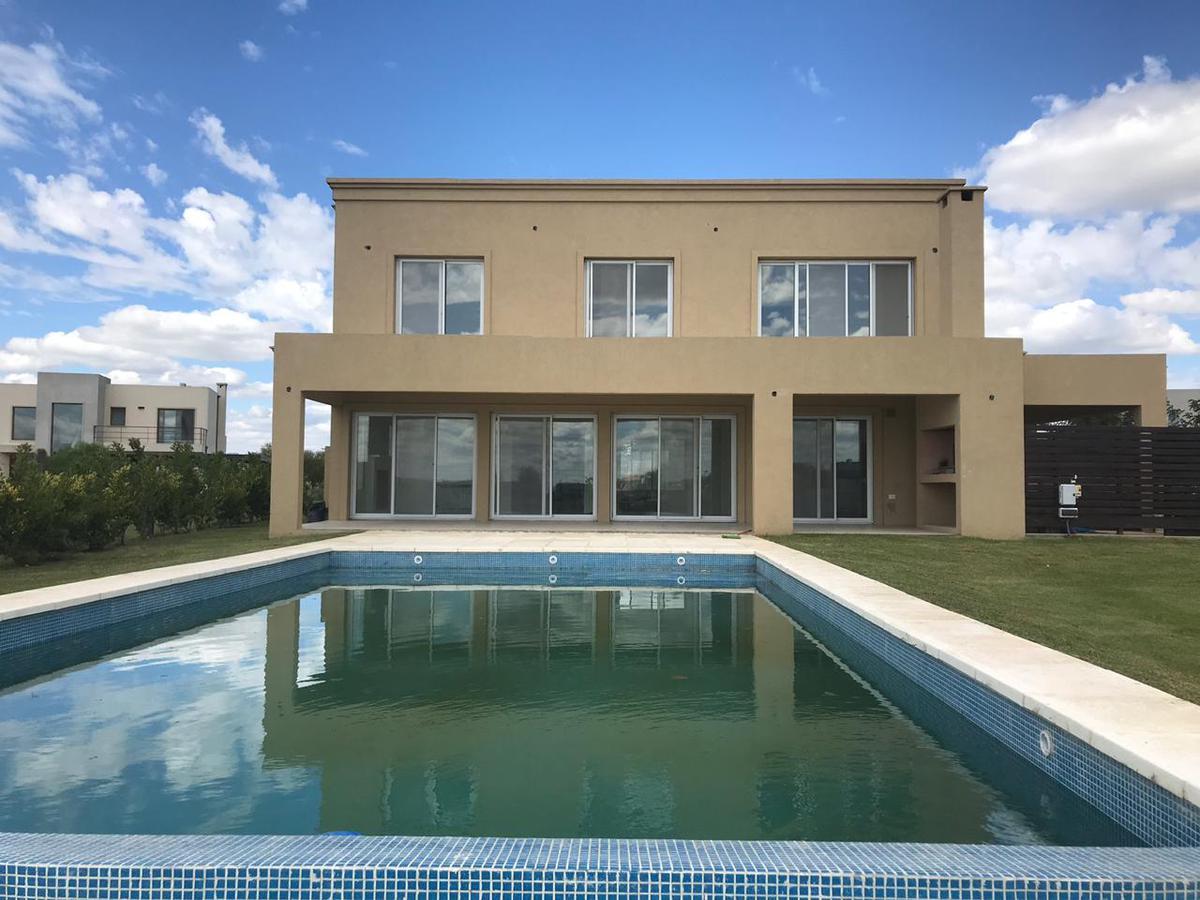 Foto Casa en Venta en  El Canton,  Countries/B.Cerrado  Barrio Islas al 400