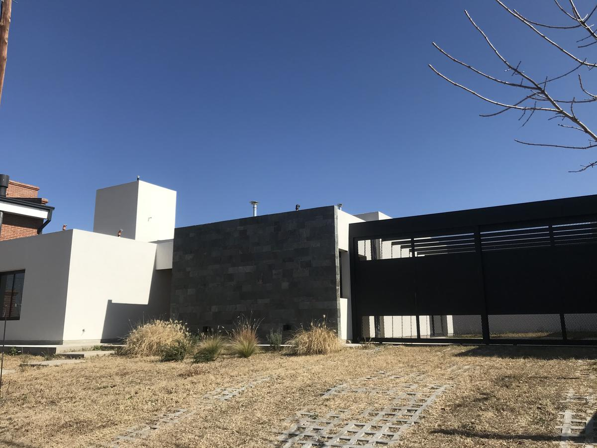 Foto Casa en Venta en  Comarca de Allende,  Villa Allende  Av. Padre Luchesse Km. 3,5