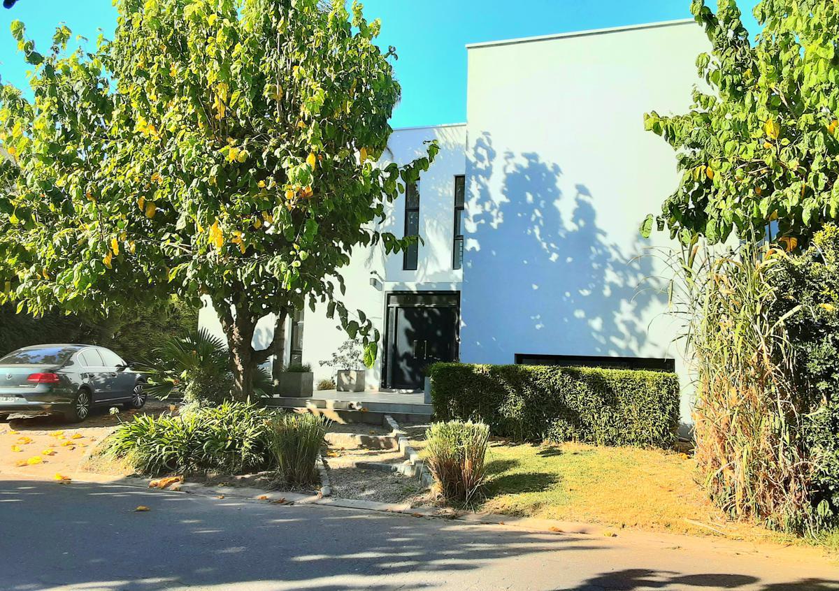 Foto Casa en Venta en  Escobar ,  G.B.A. Zona Norte  Casa en venta con renta retasada URGENTE de 3 dorms con dependencia y playroom