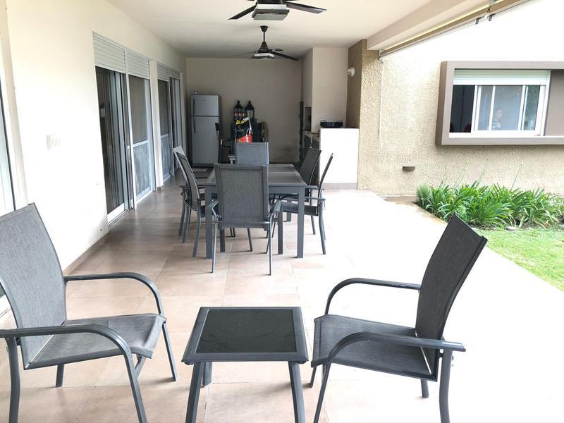 Foto Casa en Venta en  Cordoba Capital ,  Cordoba  Camino 60 Cuadras - Amplia Casa! Gran Jardin con pileta!