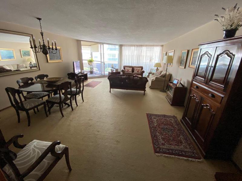 Foto Departamento en Venta en  Pocitos ,  Montevideo  A metros de la Rambla de Pocitos cuatro dormitorios, patio de uso exclusivo.