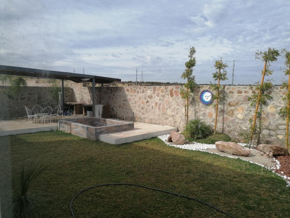 Foto Casa en Venta en  Rancho o rancheria Las Cruces,  Lagos de Moreno  Casa en VENTA en Fraccionamiento Campestre Puerta Luna,  una planta 3 recámaras, sala de tv, jacuzzi, aire acondicionado