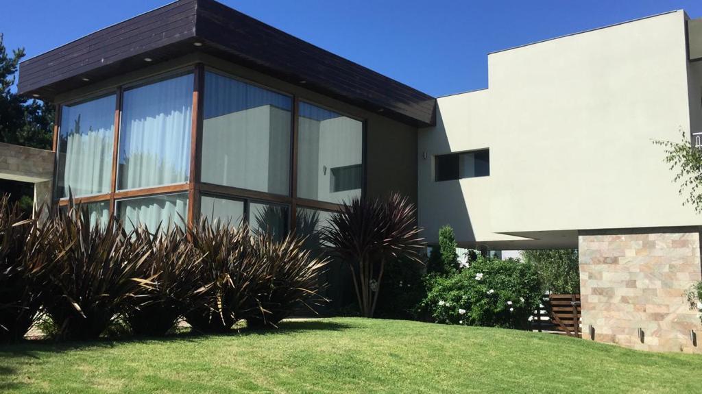 Foto Casa en Alquiler en  Rumenco,  Mar Del Plata  Alquiler 36 Meses. Casa de 5 ambientes con piscina en Rumenco, Mar del Plata