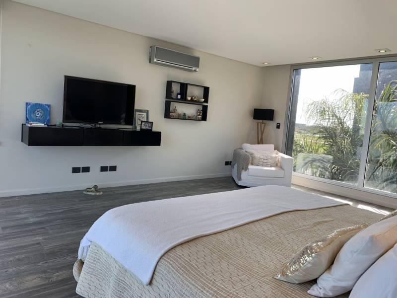 Foto Casa en Venta en  Lagos del Golf,  Nordelta  Lagos del Golf Casa Racionalista frente a Virazon