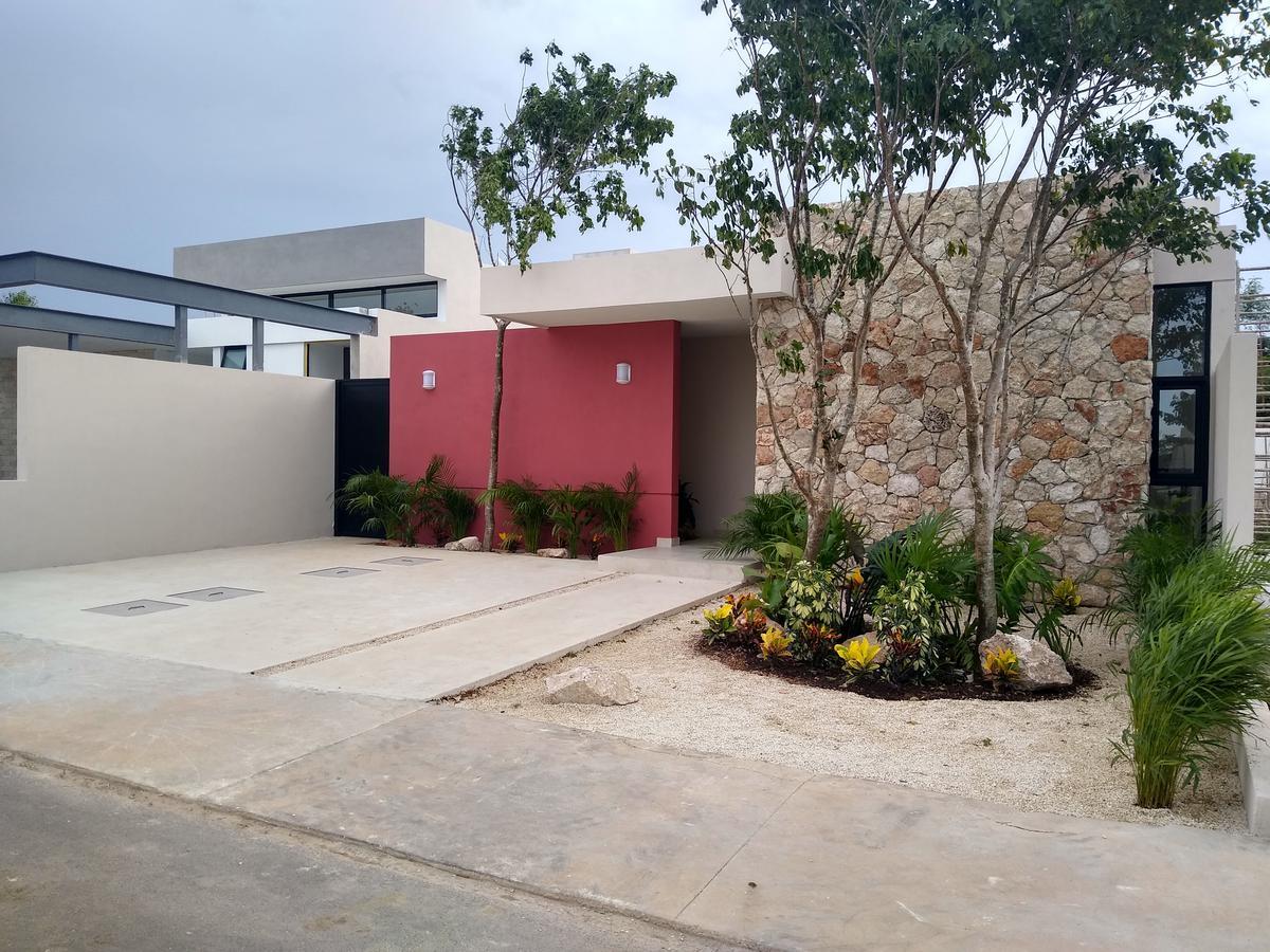 Foto Casa en Venta en  Conkal ,  Yucatán  Hermosa Residencia de una planta en Privada con amenidades al norte de la ciudad!