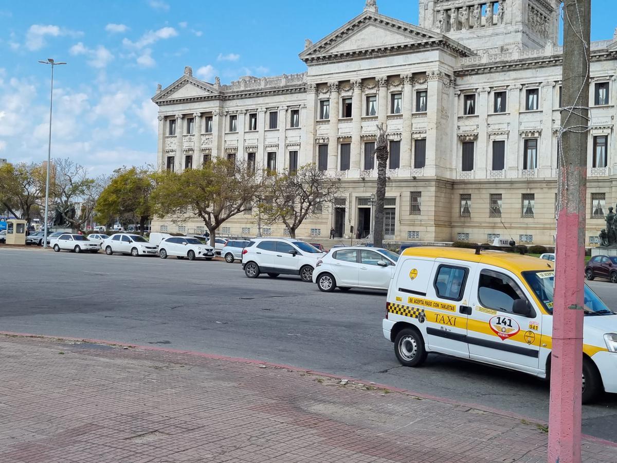 Foto Terreno en Venta en  Aguada ,  Montevideo  Frente Palacio Legislativo, terreno esquina, padrón 12052