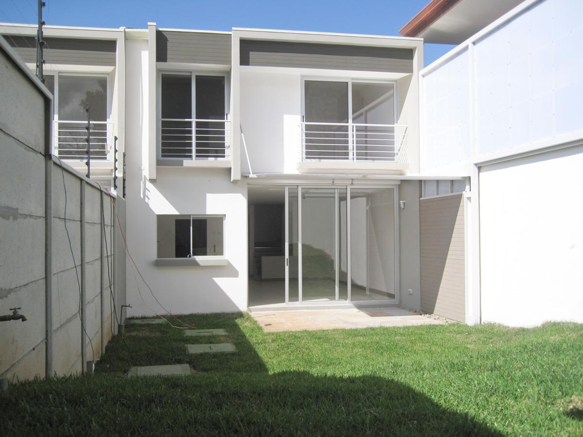 Foto Casa en Venta en  Colon,  Mora  Ciudad Colon/Independiente/Moderna/Espaciosa/Tres hab + oficina/Buen jardín