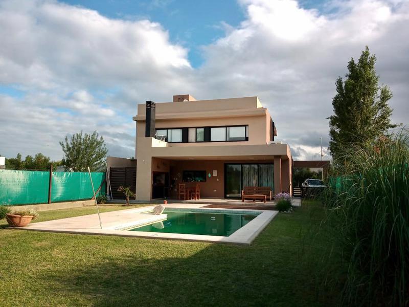 Foto Casa en Venta en  Cañuelas Golf ,  Cordoba Capital  Casa en venta en Cañuelas Village. 3 dormitorios. Con pileta.